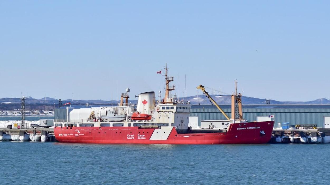 Un brise-glace de la Garde côtière canadienne.