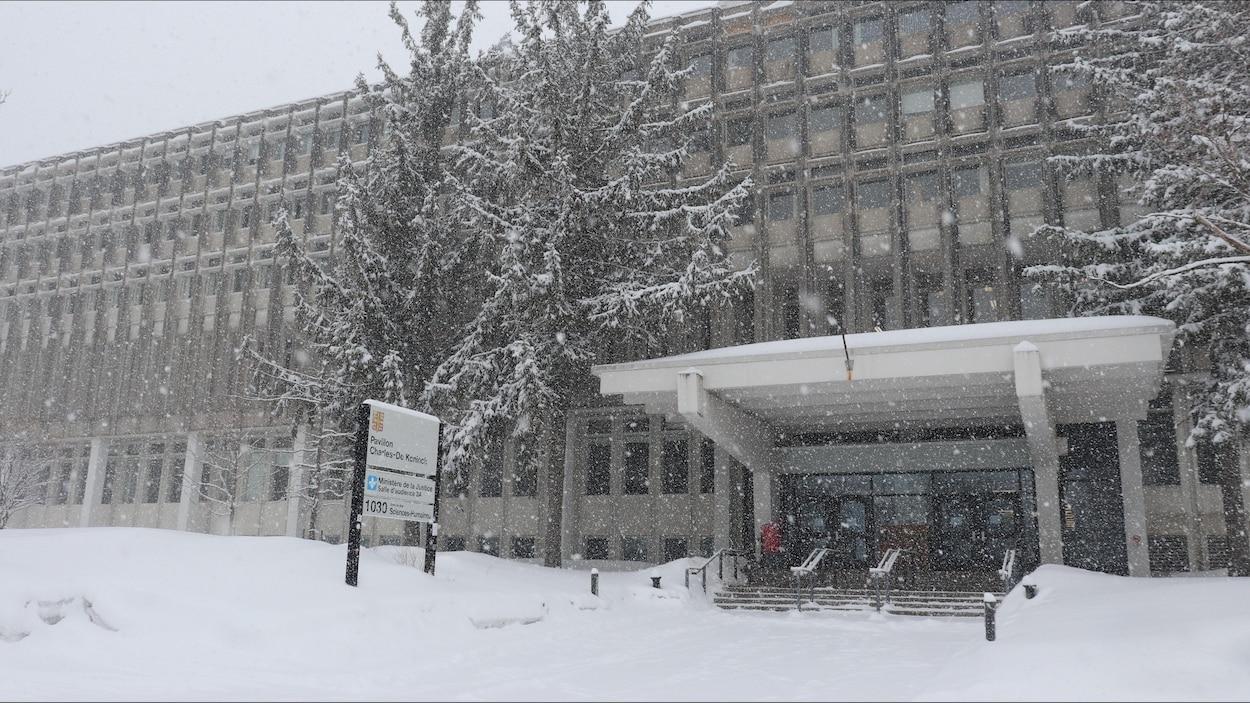 L'entrée d'un pavillon universitaire en hiver