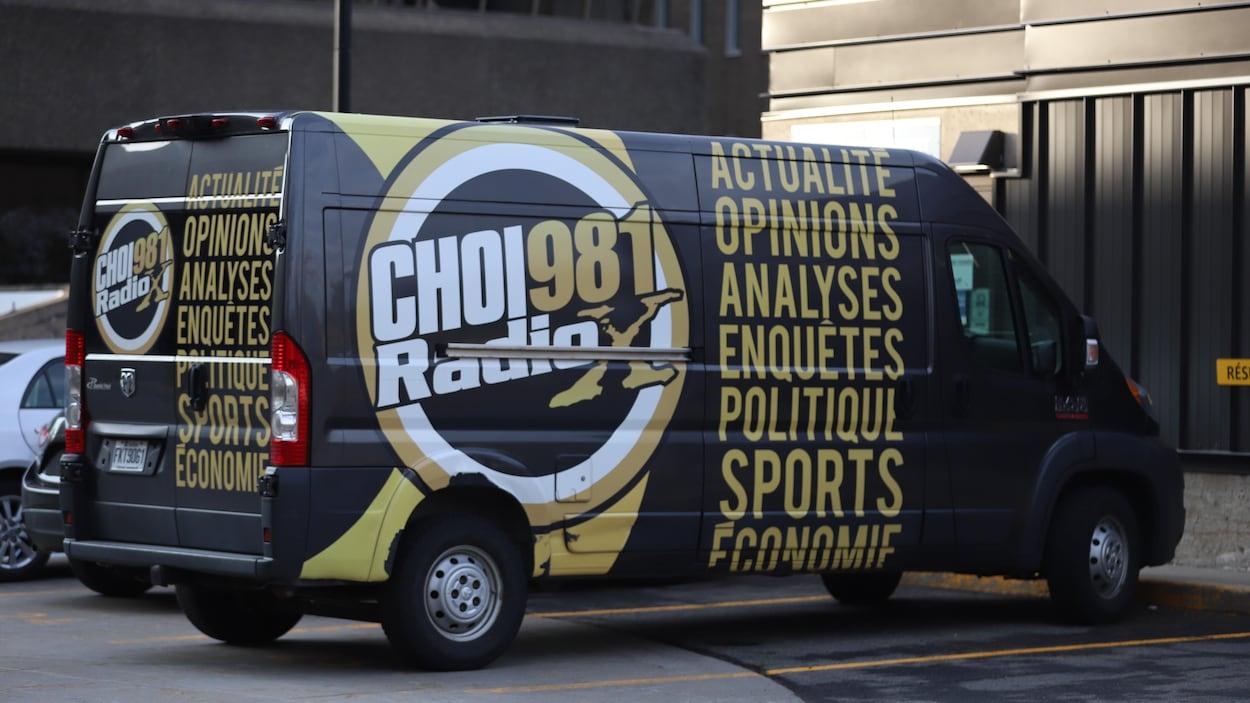Un véhicule avec le logo de CHOI Radio X.