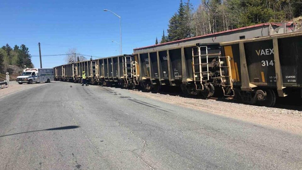 Un train bloque la route 144.