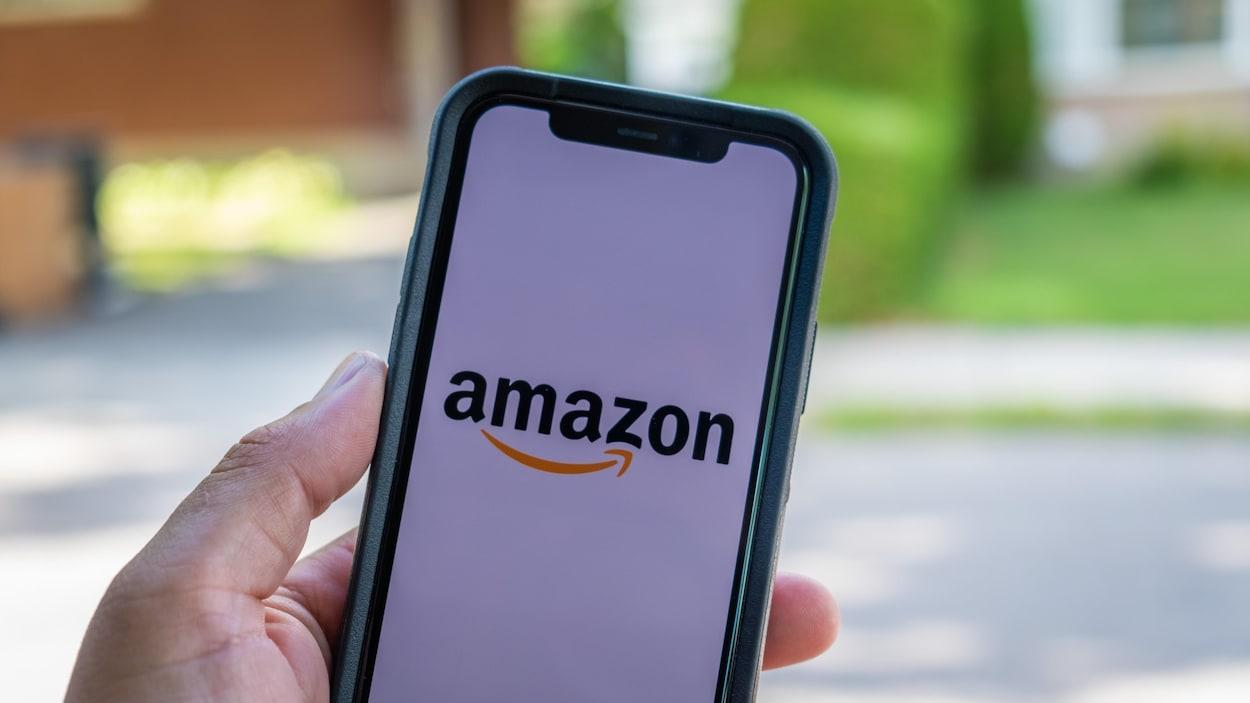 Le logo d'Amazon sur un téléphone.