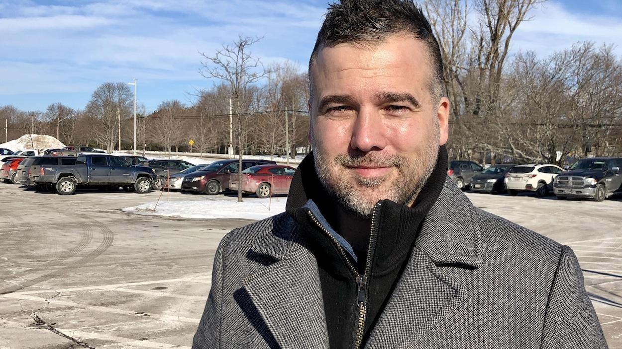 Frédérick Dion dans un terrain de stationnement en hiver