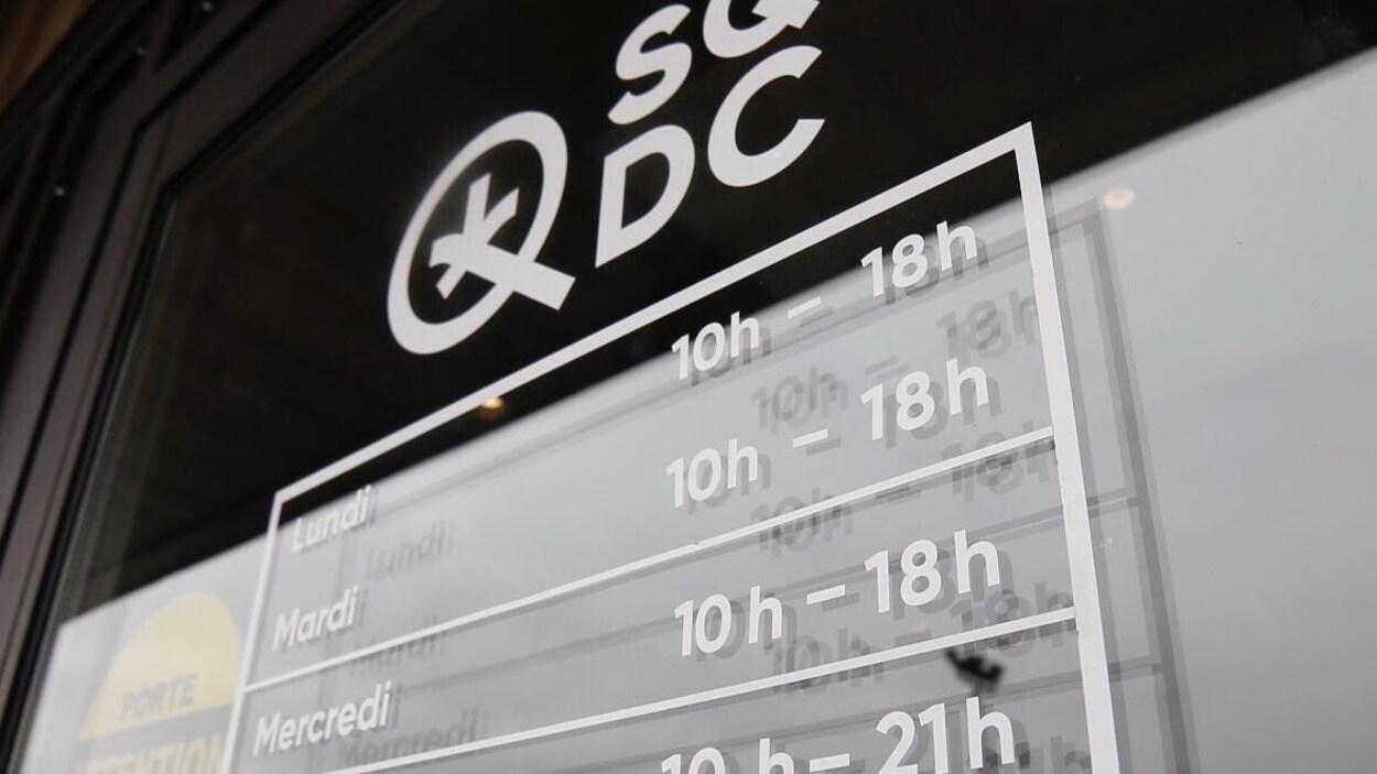 Une affiche avec les heures d'ouverture de la SQDC.