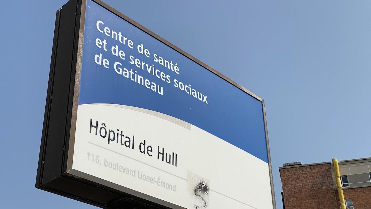 Gros plan sur l'affiche de l'hôpital.