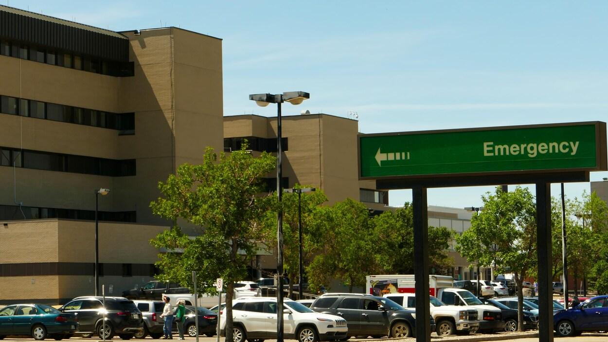 Un plan large du stationnement de l'hôpital Pasqua à Regina en été.
