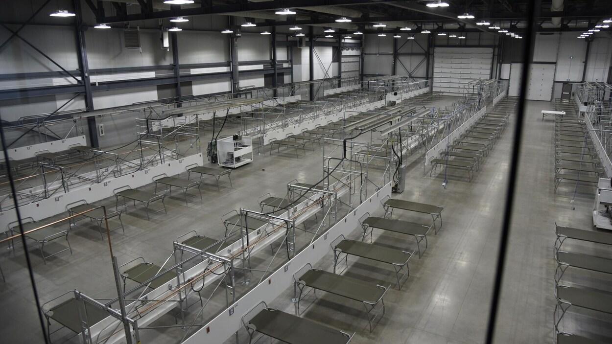 Des lits entreposés dans un hôpital mobile.