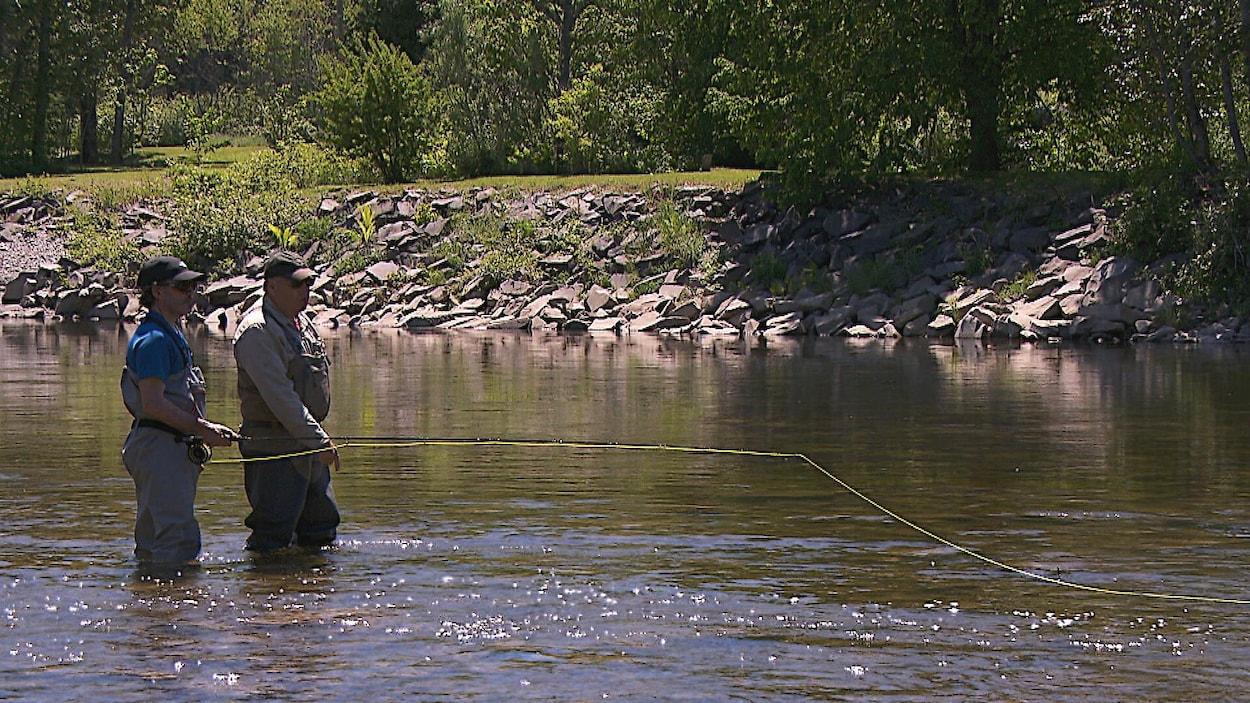 Deux pêcheurs de saumon dans une rivière.