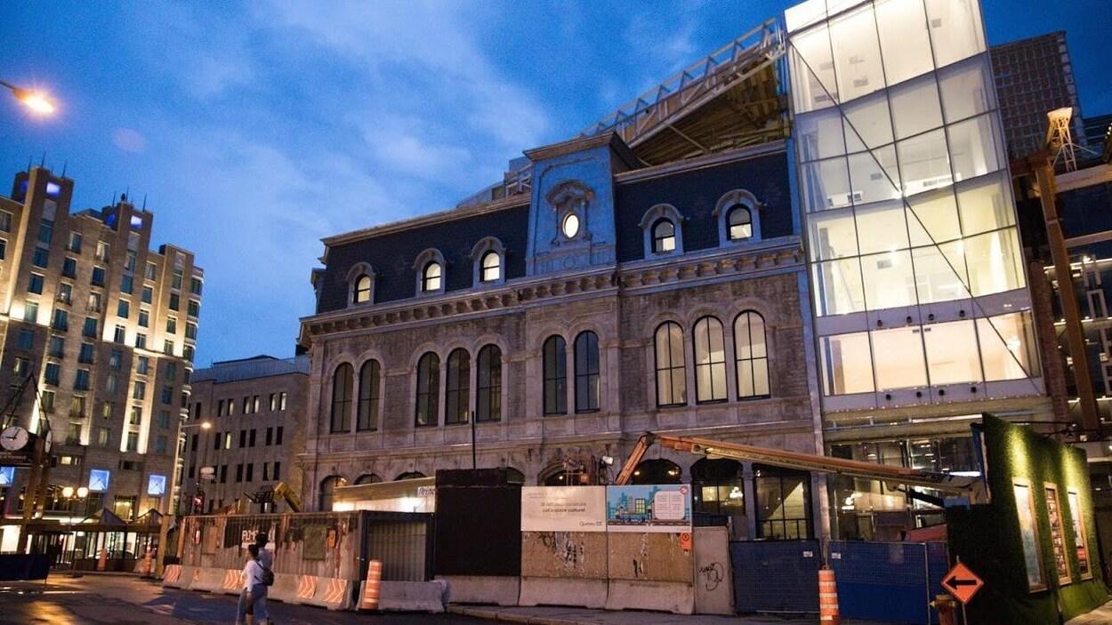 La façade du théâtre Le Diamant à Québec, en soirée.
