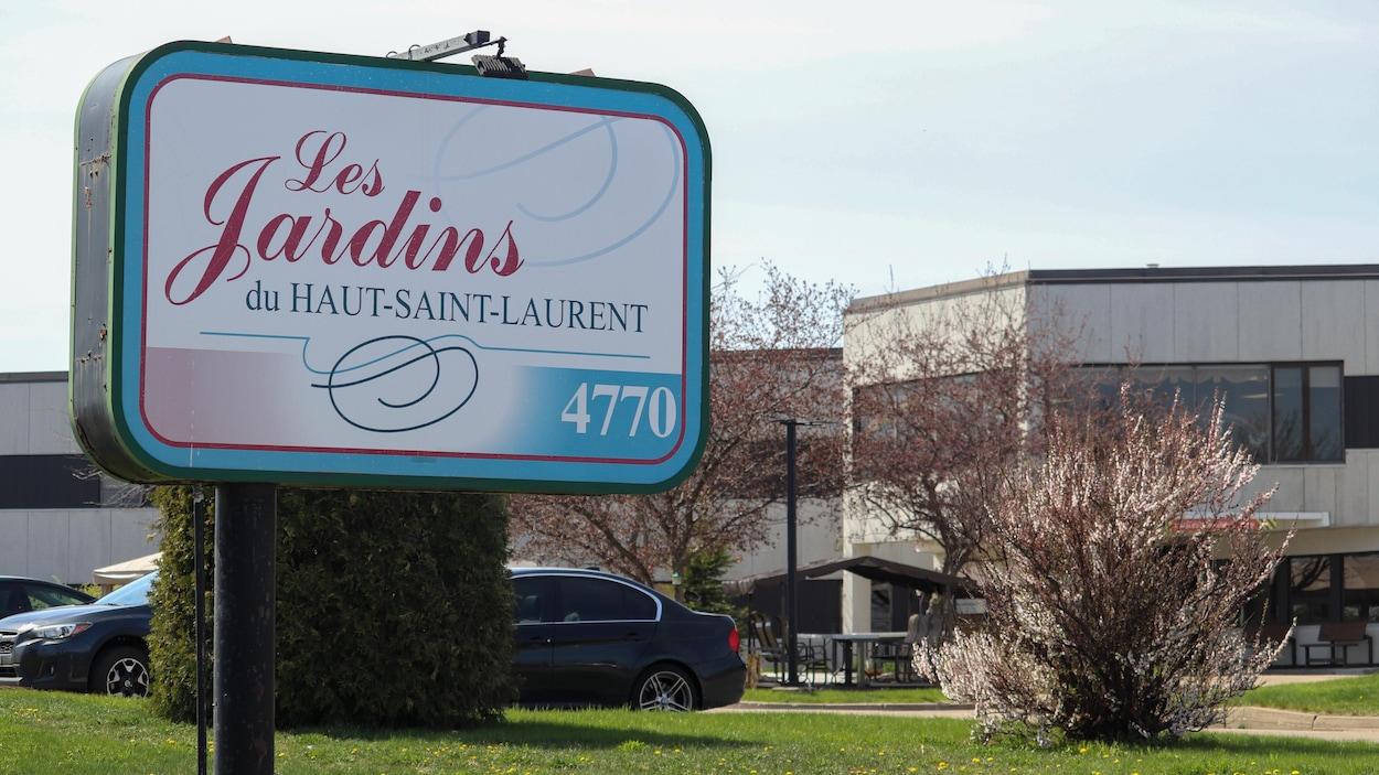 L'affiche du CHSLD à l'avant plan et l'édifice en arrière-plan.