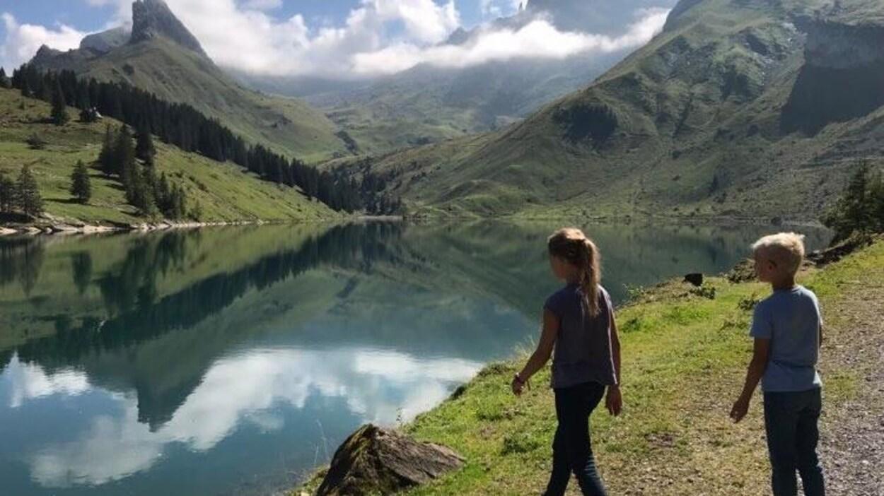 Deux enfants devant un lac en Suisse.