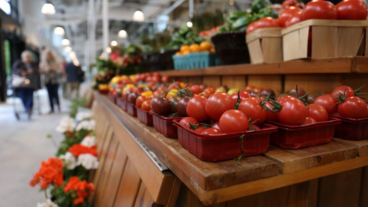 Des tomates sur un étalage, dans un marché.
