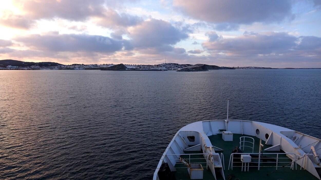 Vue au large du port de Cap-aux-Meules, du pont d'un navire.