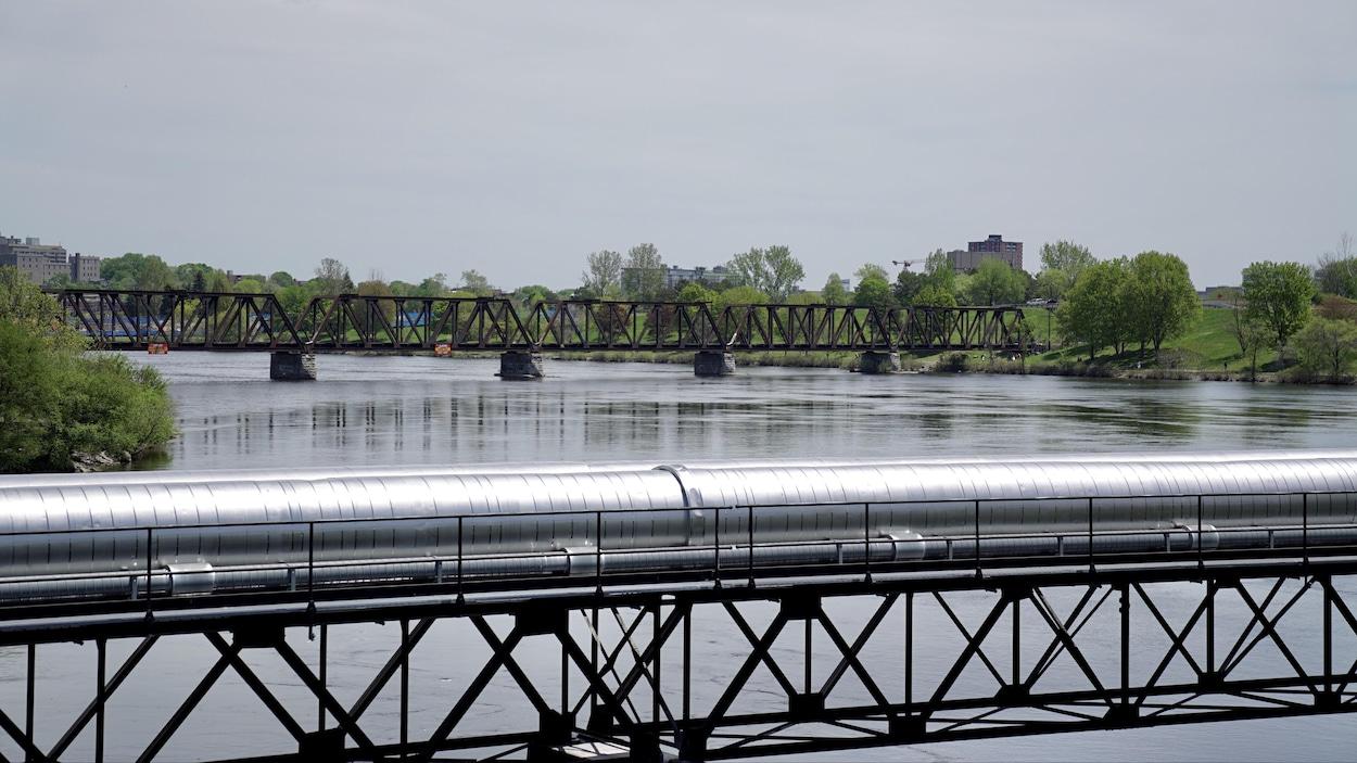 Le pont qui traverse la rivière des Outaouais.