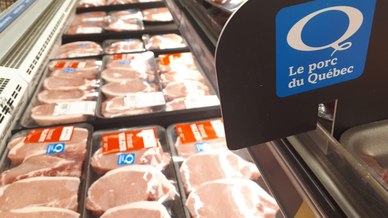 De la viande sous plastique dans une épicerie.