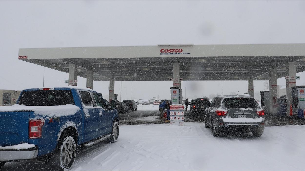 Des voitures à un poste d'essence de Costco à Québec en mars 2020, pendant la pandémie de COVID-19.