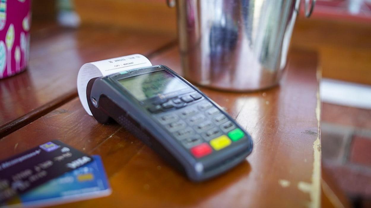 Une machine et des cartes de crédit.