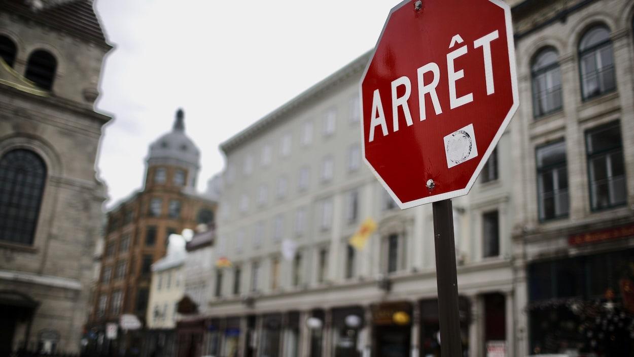 Un panneau d'arrêt.