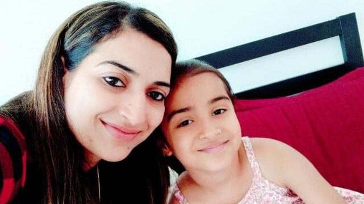 Portrait d'Amita Mittal avec une fillette.