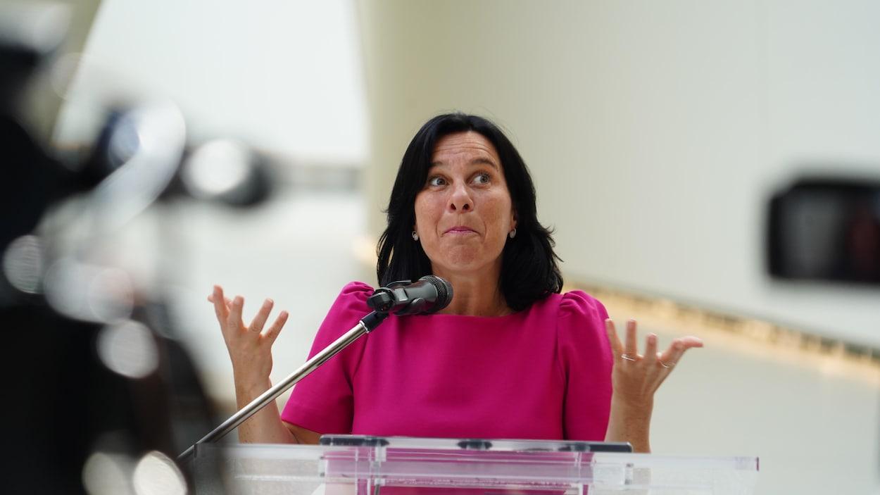 Portrait de Valérie Plante en conférence de presse au biodôme.