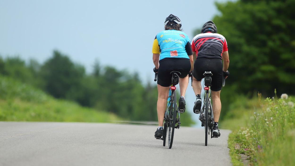 Des cyclistes sur une route.