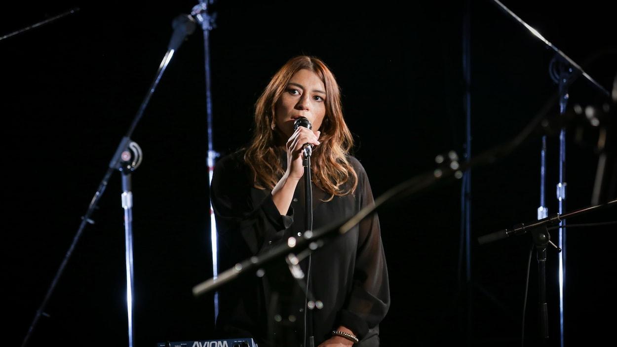 Elisapie en prestation dans les studios de Radio-Canada (2018).