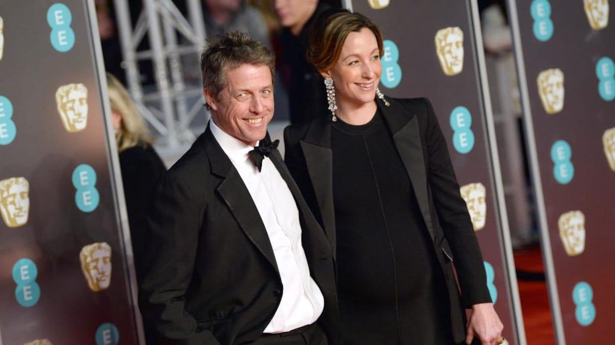 L'acteur Hugh Grant et sa compagne Anna Eberstein posent sur le tapis rouge.