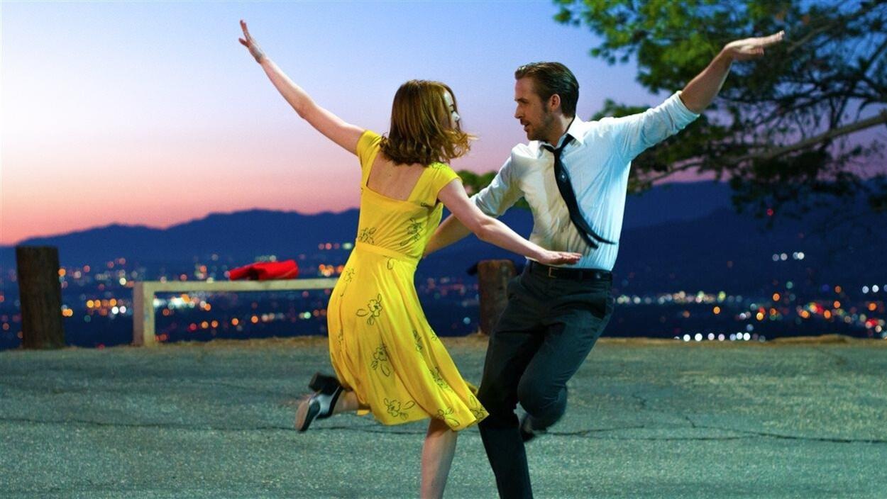 Les acteurs Ryan Gosling et Emma Stone qui dansent dans le film « La La Land »