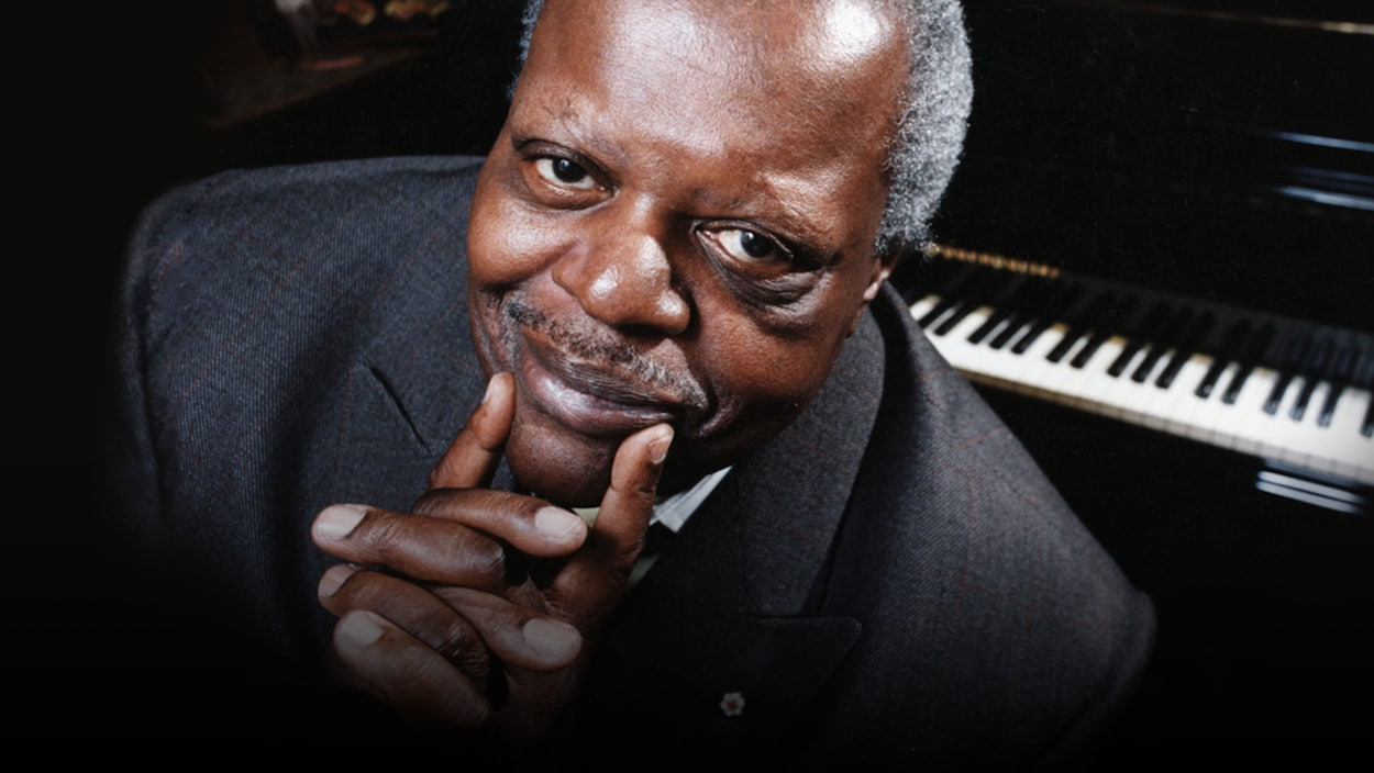 Oscar Peterson devant un piano