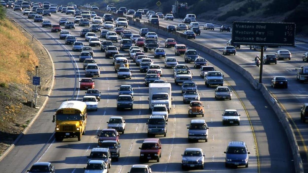 Une autoroute congestionnée à Los Angeles.