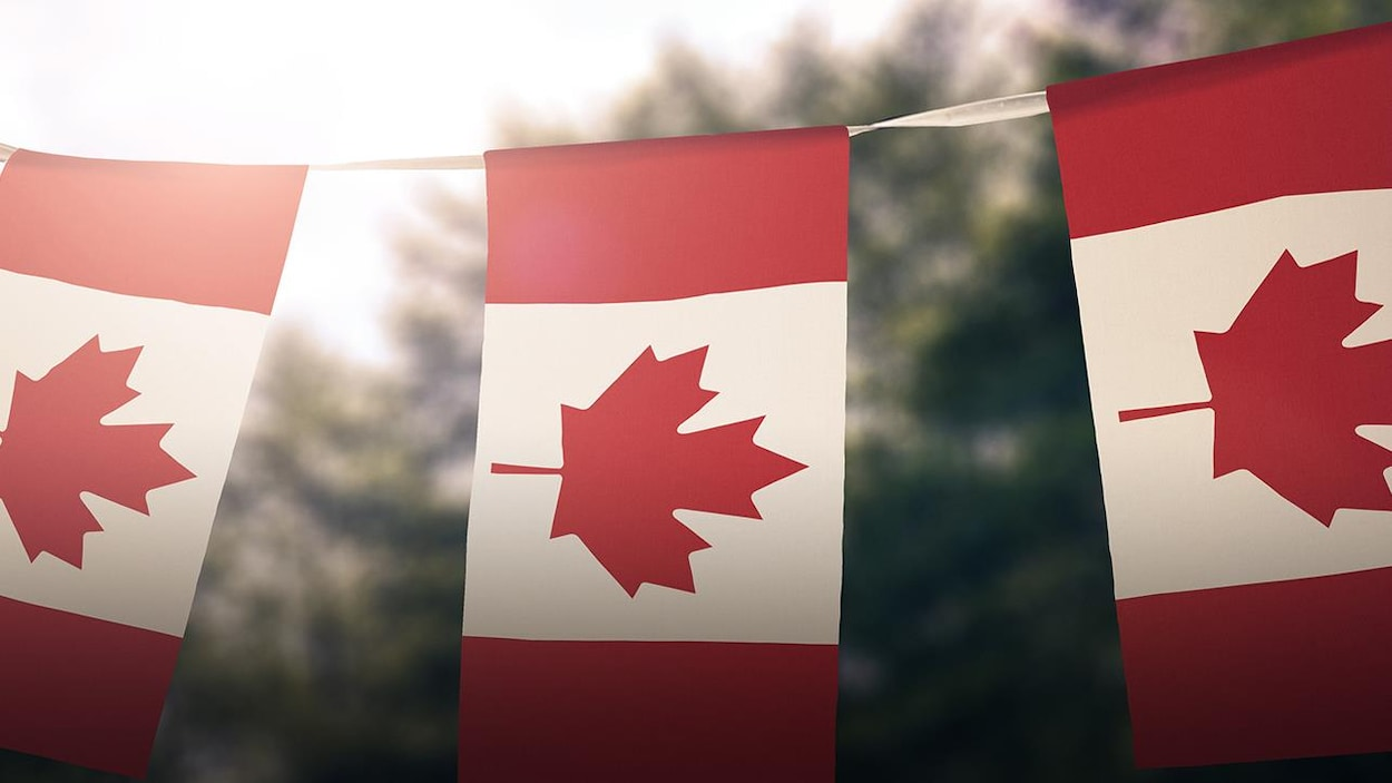 Des drapeaux du Canada suspendus sur une corde