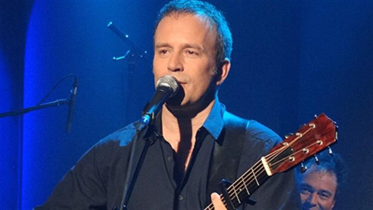 Marc Déry, qui troque ici la basse pour la guitare acoustique.