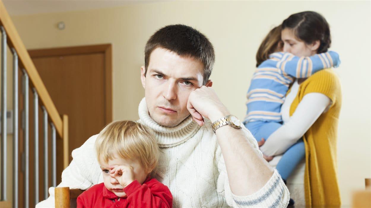 Un couple avec enfants après une querelle