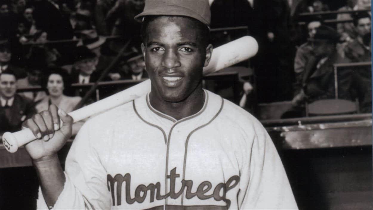 Un joueur de baseball en uniforme avec un bâton dans sa main