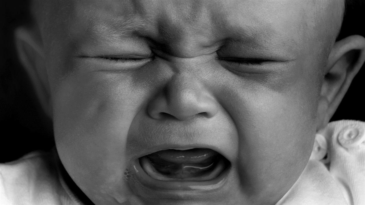 Visage d'un bébé qui pleure.