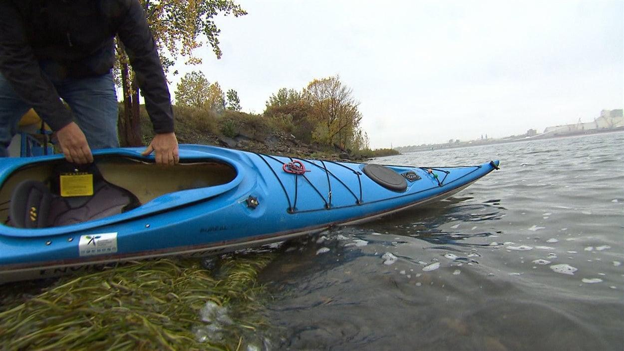Un kayakiste prend les eaux du fleuve Saint-Laurent, à Montréal.