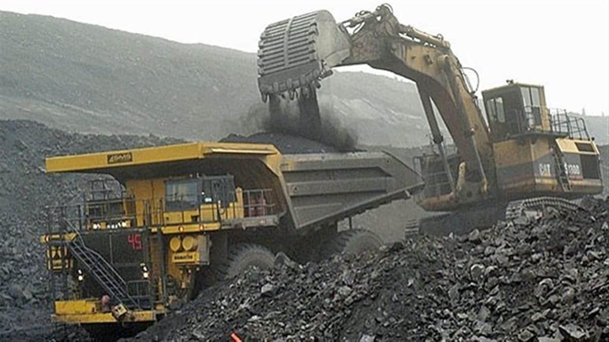 Une pelle mécanique remplit un camion de charbon à la mine de Grande Cache.