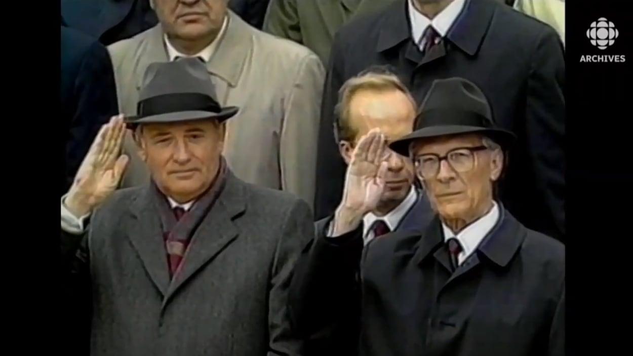 Mikhaïl Gorbatchev et Erich Honecker côte à côte lors du défilé du 40e anniversaire célébrant la création de la RDA le 7 octobre 1989.