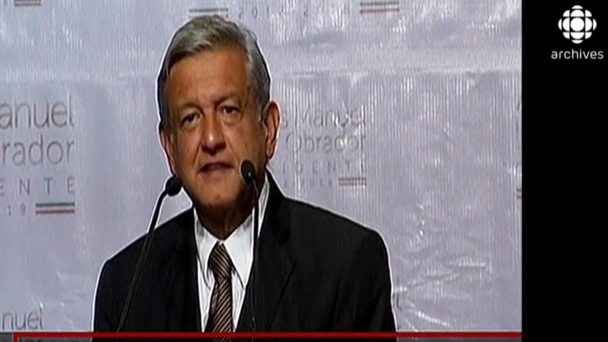 André Manuel Lopez Obrador donne une conférence de presse après sa défaite à l'élection présidentielle mexicaine de 2012.