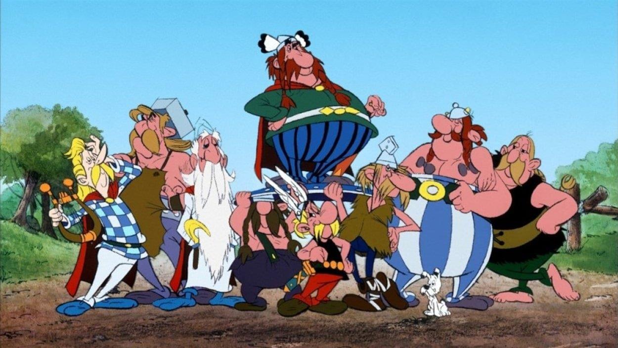 Les principaux Gaulois des aventures d'Astérix sont rassemblés comme s'ils prenaient une photo.