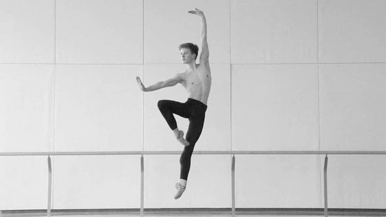 Le danseur William Tessier-Legault. Le jeune homme semble sur le point de s'envoler tellement sont saut est magnifique.