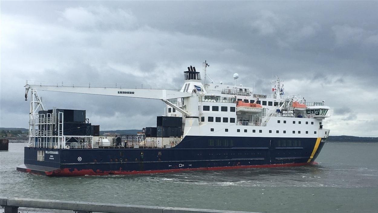 Le navire Bella Desgagnés à l'approche du quai de Rimouski.