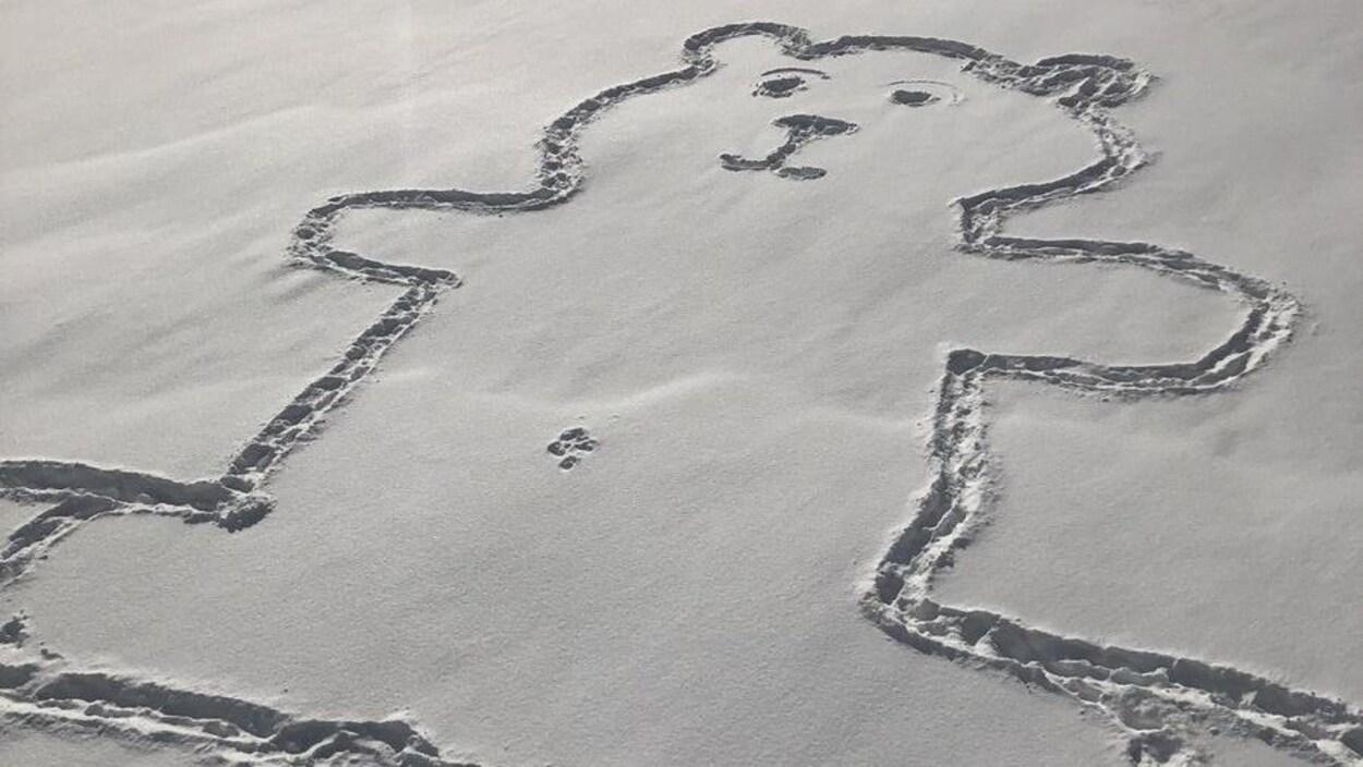 Une oeuvre en forme d'ours avec un nombril sur le Canal Lachine à Montréal.