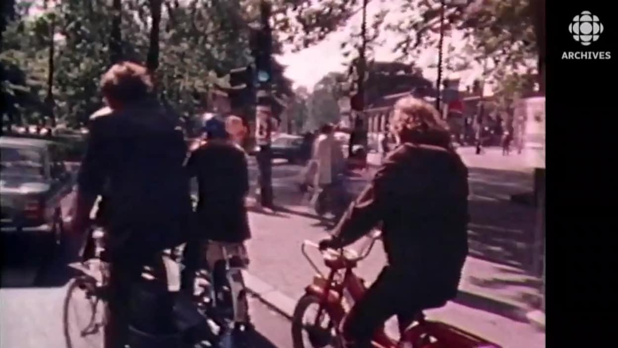 Des cyclistes roulent dans les rues d'Amsterdam dans les années 1980.