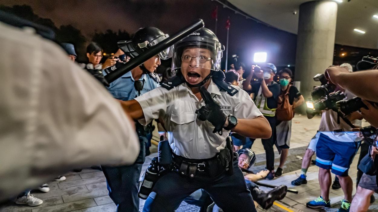 Un policier de Hong Kong charge des manifestants lors des soulèvements du 10 juin 2019.