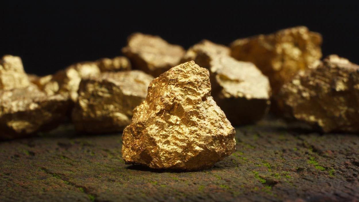 Plusieurs pépites d'or en gros plan.