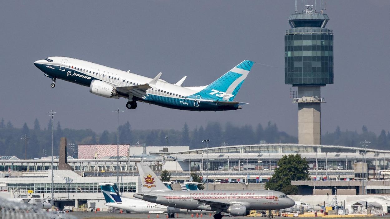 Un avion Boeing 737 MAX en train de décoller de l'aéroport de Vancouver.