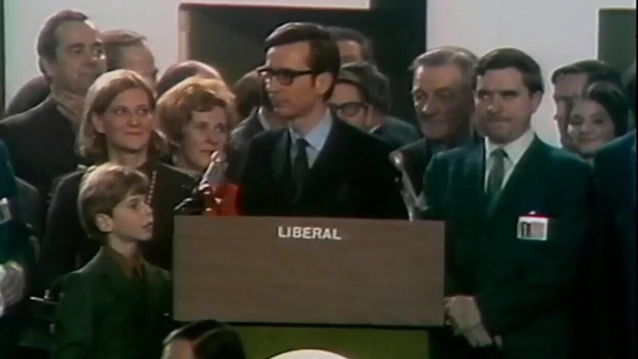 Le nouveau chef du PLQ Robert Bourassa devant la foule des délégués lors de la convention libérale de janvier 1970.
