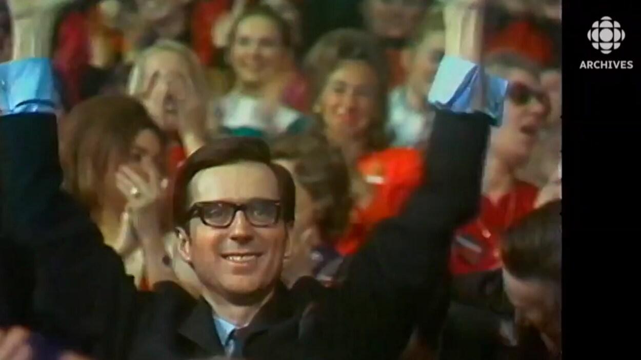 Robert Bourassa saluant la foule après l'annonce de son élection comme chef du Parti libéral du Québec.