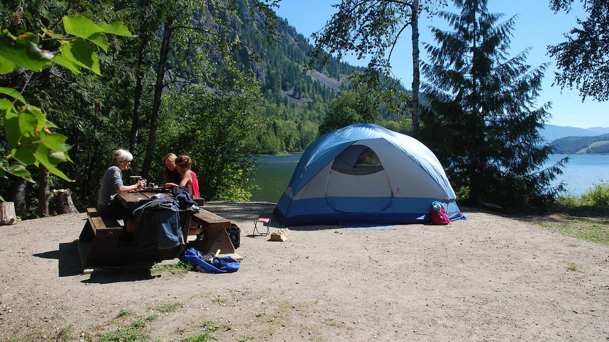 Une famille qui fait du camping en Colombie-Britannique