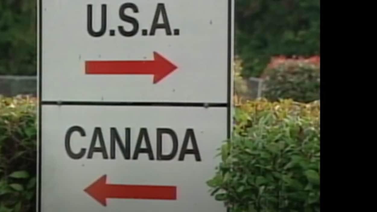 Panneau à la frontière canado-américaine indiquant la direction des deux pays.